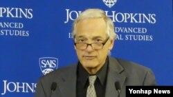 로버트 갈루치 전 미국 국무부 북핵특사가 4일 워싱턴 DC에서 열린 토론회에서 발언하고 있다.