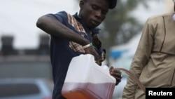 """Wani dan """"black market"""" yana sayar da man fetur a akan titin Abuja, Najeriya"""