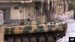 敘利亞坦克在街道巡邏。