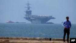 미군 핵추진 항공모함 칼빈슨호가 5일 베트남 다낭항에 입항했다.