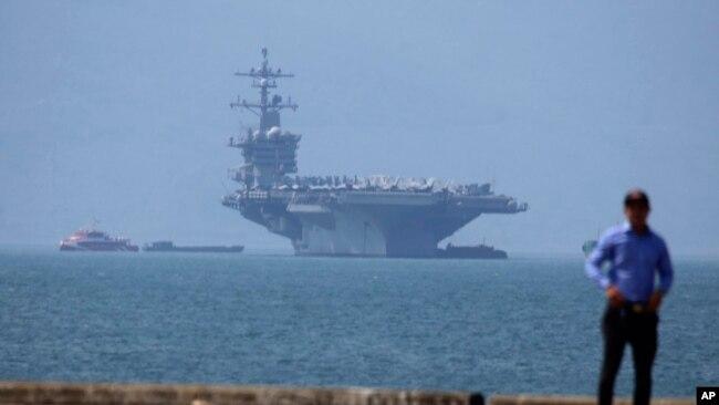 USS Carl Vinson cập cảng ở Đà Nẵng.