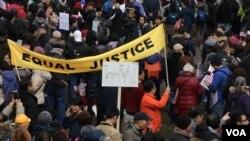 紐約萬人集會聲援華裔前警員梁彼得(美國之音章真拍攝)
