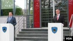Aljbin Kurti i Nenad Rašić na konferenciji za novinare ispred Vlade Kosova, 23. april 2020. (Foto: VOA)