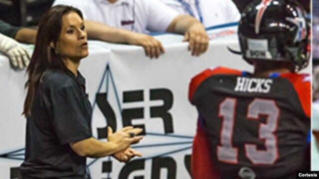 Jen Welter, una exjugadora de fútbol americano, ha sido contratada como entrenadora asistente.