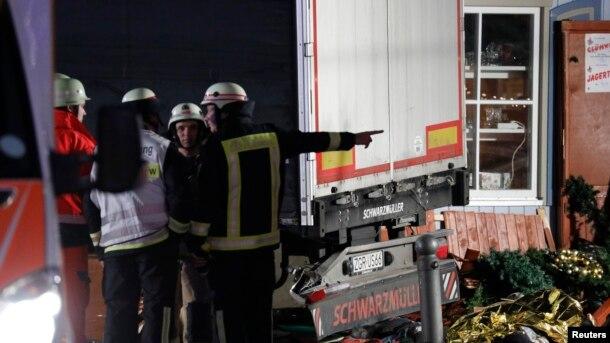 Un bombero en el sitio donde un camión arremetió contra un mercado navideño en Berlín. Foto AP.