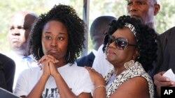 """Melissa Jones, (à gauche), soeur de Corey Jones, débout avec un membre identifié au """"rassemblement pour des réponses"""" jeudi 22 octobre 2015, à Palm Beach Gardens, Florida.(AP Photo/Joe Skipper)"""