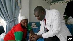 Un médecin conseillant une jeune femme en matière de planning familial