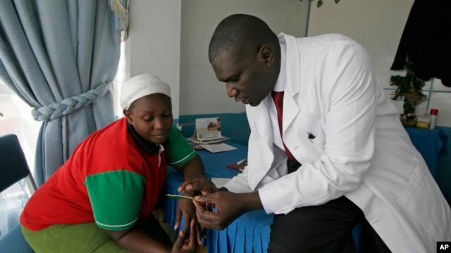 Dr. Aron Sikuku, right, explains family planning options to Beatrice Ravonga in Nairobi, Kenya. (Jan. 29, 2009 file)