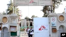 Christopher Stokes, Dirjen badan amal medis Doctors Without Borders, berdiri di pintu masuk rumah sakit organisasi tersebut, setelah terkena serangan udara AS, di Kunduz, Afghanistan, 15 Oktober 2015.