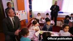 ABŞ səfiri Robert Sekuta məcburi köçkünlər qəsəbəsində