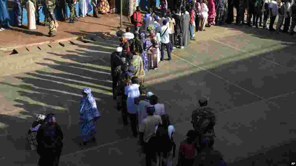 Une file d'électeurs devant un bureau de vote en Gambie, le 1er décembre 2016.