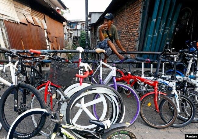 Seorang penjual sepeda menunggu pelanggan di tengah pandemi virus corona (Covid-19) di Jakarta, 8 Agustus 2020. (Foto: Reuters)
