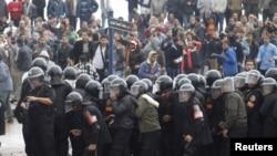 Polisi anti huru-hara Mesir berusaha menghalangi para demonstran dalam unjuk rasa di kota Alexandria (foto: dok).