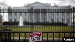 Một biển báo khu vực cấm bên ngoài Nhà Trắng.