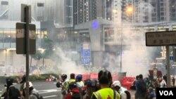 2019年8月25日傍晚6:15左右,香港警方在杨屋道街市附近密集施放催泪弹清场。 (美国之音 汤惠芸拍摄)