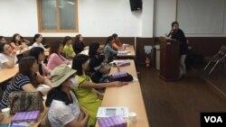 서울에서 열린 '탈북 여성을 위한 산모 교실'에서 참석자들이 강의를 듣고 있다.
