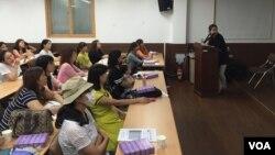 24일 서울 금천구 다문화가족지원센터에서 탈북·다문화 여성을 위한 '일등맘클럽' 교육이 진행 중이다. 이 날은 교육 첫날로 임신준비와 태교에 관한 내용을 교육하고 있다.