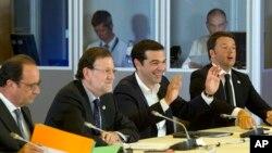 그리스 사태를 논의하기 위해 7일 벨기에 브뤼셀에서 열린 유럽연합 긴급 정상회의에서 알렉시스 치프라스 그리스 총리(오른쪽 2번째)가 발언하고 있다.