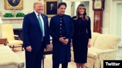 امریکی خاتون اول میلانیا ٹرمپ، عمران خان اور صدر ڈونلڈ ٹرمپ کا وائٹ ہاؤس میں گروپ فوٹو۔ 22 جولائی 2019