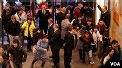 Los centros comerciales se han visto inundados de compradores en Londres, pese al paro en el transporte subterráneo.