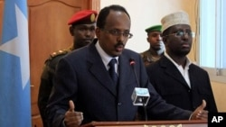 Somali PM Mohamed Abdullahi Mohamed, left, announces his resignation during a news conference, alongside Somali President Sharif Sheik Ahmed, right, at the presidential palace in Mogadishu, Somalia (File Photo -, June 19, 2011)