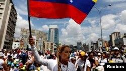 Lilian Tintori señaló que Leopoldo López resiste desde la cárcel y que el pueblo debe resistir en las calles con protestas pacíficas.