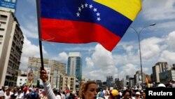Lilian Tintori, Madanm Leopoldo Lopez, ak drapo venezuelyen an nan men li nan mitan yon manifestasyon.