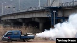 23일 대전 유성구 방역관계자들이 지카 바이러스 전파 매개체로 알려진 모기를 박멸하기 위해 방역활동을 하고 있다.