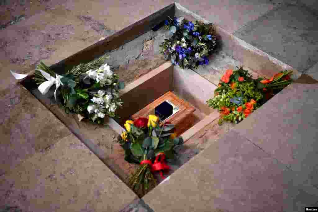 مراسم تجلیل از استیون هاوکینگ کیهان شناس برجسته بریتانیایی. خاکستر او در کنار آرامگاه اسحاق نیوتن و چارلز داروین قرار گرفت.