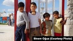 터키-시리아 국경 지역의 하란 난민 캠프에 머물고 있는 아이들. (자료사진)