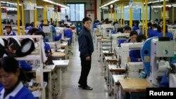 지난 12월 개성공단 내의 한 한국업체 공장에서 북한인 관리자가 북한 노동자들의 작업을 지켜보고 있다. (자료사진)