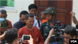 Meach Sovannara, CNRP senior activist, escorted by prison guards. (Photo: VOA Khmer)