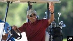 지난해 8월 미국 매사츠세츠주에서 골프 라운딩을 하고 있는 바락 오바마 대통령. (자료사진)