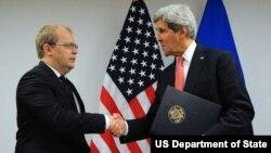 Госсекретарь США Джон Керри и министр иностранных дел Эстонии Урмас Паэт
