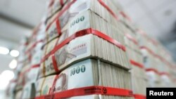 Lembaran uang kertas baht Thailand di Kasikornbank, Bangkok, Thailand (12/5).