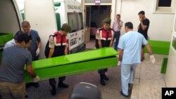 희생자 시신을 옮기는 터키 관계자들