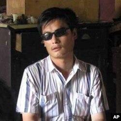 នេះជារូបថតរបស់លោក Chen Guangcheng សកម្មជនពិការភ្នែកជាតិចិន នៅភូមិមួយក្នុងប្រទេសចិន។