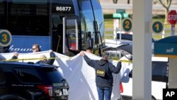 Petugas memindahkan korban yang tewas tertembak dari dalam bus Greyhound yang penuh penumpang di kota Lebec, California, 3 Februari 2020. (Foto: dok). Lima orang dilaporkan terluka dalam insiden tersebut.