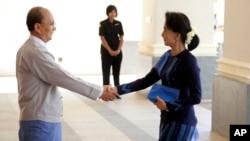 31일 미얀마 대통령 궁에서 테인 세인 미얀마 대통령(왼쪽)과 미얀마 민주화의 상징인 아웅산 수치 여사가 만나 악수하고 있다.