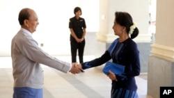 2014年10月31日缅甸总统吴登盛(左)与缅甸反对派领袖昂山素季握手