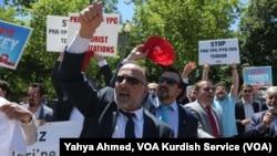 Pendukung Presiden Turki Recep Tayyip Erdogan bereaksi terhadap pendukung anti-Erdogan di luar Gedung Putih di Washington, D.C., 16 Mei 2017.