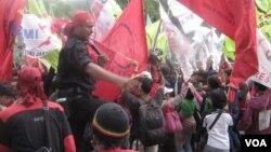 Demo buruh di depan Balai Kota Jakarta menuntut kenaikan upah hari Selasa (13/11), setelah tidak adanya titik temu antara buruh dan pengusaha (foto: Andylala/VOA).