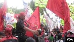 Demo buruh di depan Balai Kota Jakarta menuntut kenaikan upah. Pemerintah Jakarta akhirnya menaikkan upah minimum sebesar 40 persen mulai 2013. (VOA/A. Waluyo).