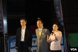 泛民议员向示威市民介绍与张德江会面情况(左起:何秀兰、梁家杰、李国麟)(美国之音海彦拍摄)