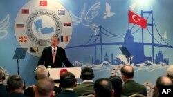 Rais wa Uturuki, Recep Tayyip Erdogan akiwahutubia wakuu wa majeshi katika mataifa ya Balkan katika mkutano wao mjini Istanbulm Mei 11, 2016.