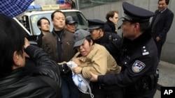 中國警方暴力對待活動民眾。