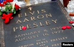 테네시주 멤피스 '그레이스랜드' 저택 안에 있는 엘비스 프레슬리 묘비.