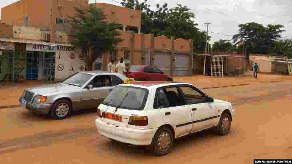 Ana amfani da fararen motoci da yawa a matsayin motocin haya a Niamey, 14 ga Satumba, 2014.