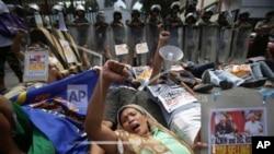 菲律宾活动人士在奎松街头抗议菲美官员就增加美军来访而举行会谈。(2013年8月14日)