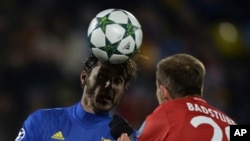 Holger Badstuber du Bayern de Munich, à droite, en duel avec Aleksandr Erokhin de Rostov lors du match de football de la Ligue des Champions Groupe D entre Rostov et le Bayern à Rostov-sur-le-Don, Russie, 23 novembre 2016.